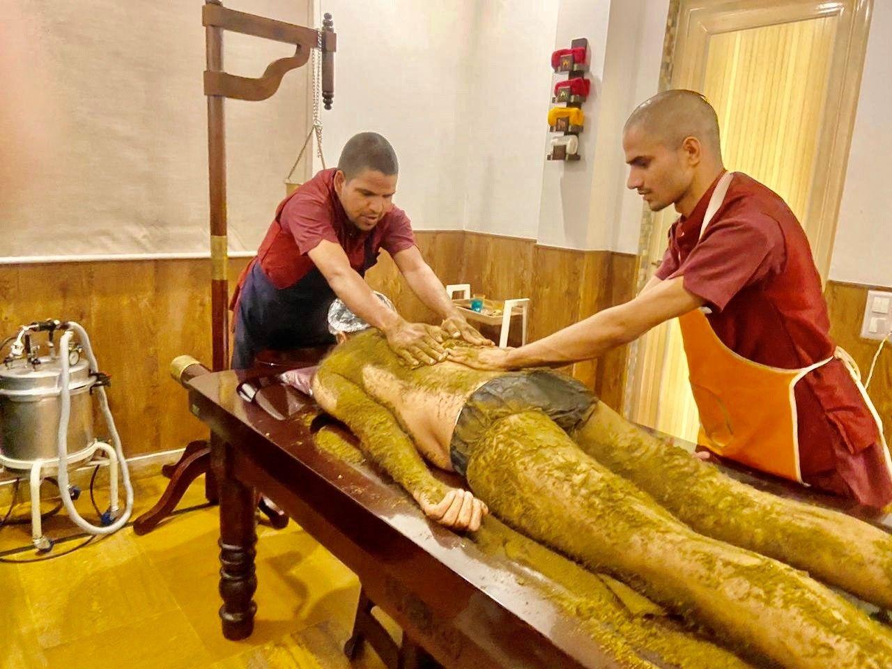 Udhvarthana Ayurvedic treatment at The Best Ayurveda Panchakarma Yoga Retreat in Rishikesh India - Veda5